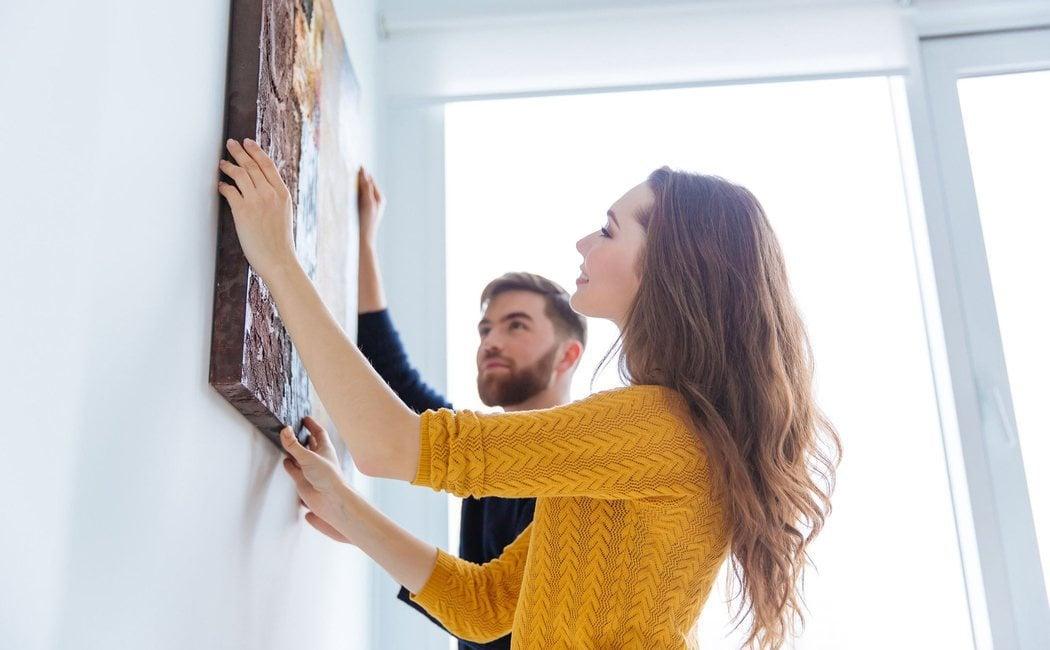 Cómo colgar cuadros sin destrozar la pared - Bekia Hogar