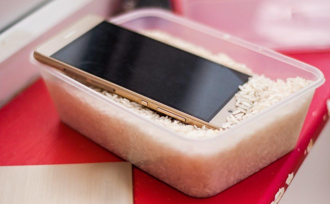 Cómo arreglar un móvil mojado con arroz