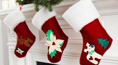 Cómo decorar en Navidad la chimenea con calcetines