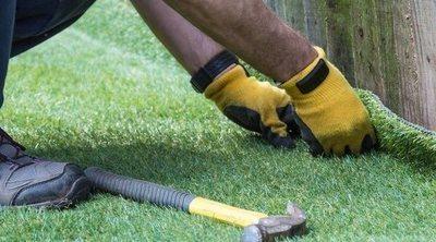Cómo colocar césped artificial en el jardín